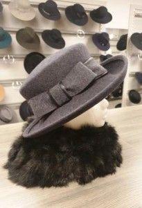 Grijze hoed met strik