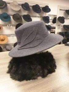 Grijze hoed met mooie corsage